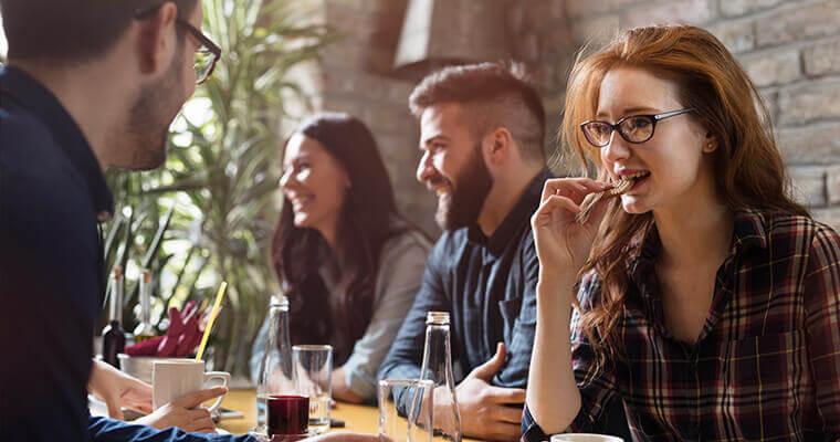 Gesunde-Ernaehrung-auf-der-Arbeit-im-Kollegenkreis